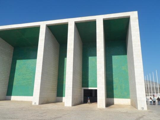 Portuguese Pavilion architect Alvaro Siza ; particolare della parete esterna portante. Il bisogno di colore è palese