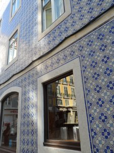 Lisbona; vecchio edificio tale e quale. Appena si esce dal centro storico - centrale centrale - ,le spinte di rinnovamento scemano visibilmente.