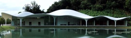 Toyo Ito crematorio, evidente riferimento al mondo marino.