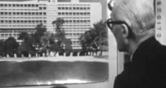 Unitè d'habitation de Marseille con Le Corbusier osservatore del proprio lavoro.