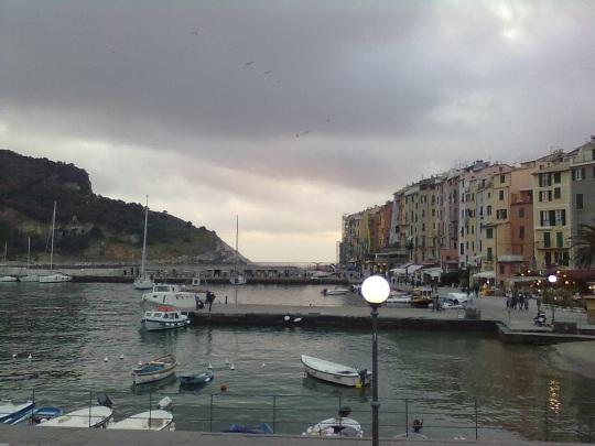 Architettura italiana; ancora vecchie case di pescatori tutt'altro che di grande pregio stilistico, ma in armonia col paesaggio straordinario.