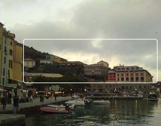 Architettura italiana; come nella prima fotografia , qui un riquadro bianco indica un insieme di edifici distonici col paesaggio, nati per speculazione edilizia e non come le vecchie case prima viste