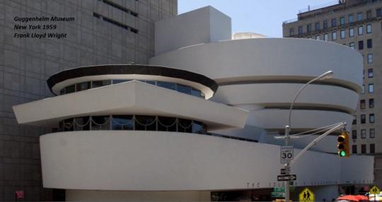 Frank Lloyd Wright; Guggenheim Museum, New York 1959. Un Wright ormai in disaccordo completo con la linearità scatolare che andava definendo le grandi metropoli americane, e non solo, ebbe con questo museo newyorkese la possibilità di contrapporre la circolarità e una costruzione 'a misura d'uomo'  alla linearità ed altezza stratosferica straniante dei grattacieli predominanti il tessuto urbano.