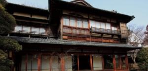 Ed ecco il Mondo a cui  Wright si rivolse per ispirarsi nel creare uno stile architettonico nuovo, americano; il Mondo giapponese di cui intuì il distacco tra storia e dimora, tra vita sociale e vita privata. Fatto che permetteva realtà architettoniche al di là del tempo e del luogo.