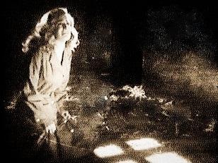 ( Luis Buñuel; ' Adolescenza torbida', 'Susana'. Mexico 1950 ) Ovvero ; Medice, cura te ipsum! La terribile Susana, ragazzetta tanto sensuale per quanto malefica, chiede la grazia di una nuova occasione nella vita. Dio gliela concede facendola fuggire di prigione...