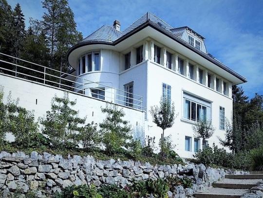 Villa bianca di Le Corbusier ,Svizzera. Lavorando su una struttura classica, destinata ai genitori, le Corbusier dà sicuramente prova, non resa del tutto in questa fotografia frammentaria, delle proprie capacità di 'finisseur' di fine decoratore un pò alla 'Benozzo Gozzoli' .