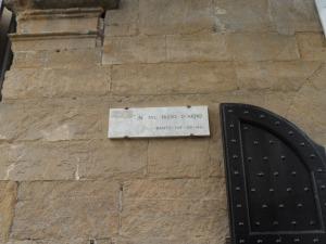 Ponte vecchio, sotto il loggiato/corridoio vasariano,        -  Firenze -      Targa dantesca accanto alla targa commemorativa di                    Gerhard Wolf