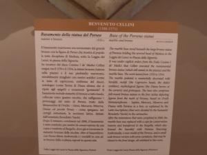 Didascalia del basamento originale in marmo  del Perseo di Benvenuto Cellini . Basamento originale oggi presso il Museo del Bargello.