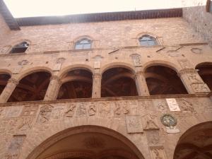Gli archi  al primo piano lungo la facciata interna del  loggiato del Palazzo del Bargello , Firenze. Qui fu impiccato 'Bernardo di Bandino Baroncelli'  con ancora indosso la veste-tunica araba indossata nel Paese dove era fuggito; l'attuale Turchia.