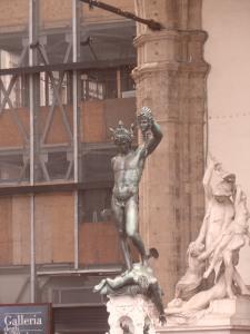 Il Perseo    di Benvenuto Cellini in Piazza della Signoria        Loggia dei Lanzi                Firenze