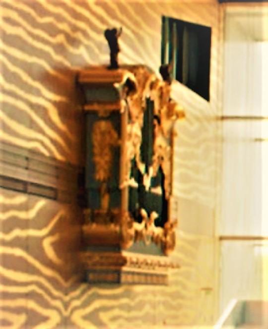 Casa da Musica  by Rem Koolhaas            Porto  Particolare decorativo,      ' edicola classica           portoghese' ;         ; come con le AZULEJOS, Koolhaas non ha potuto sottrarsi ad inserire elementi estranei al suo universo architettonico.