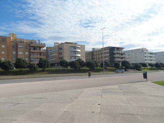 Leça da Palmeira    Matosinhos Distrito do Porto  Le abitazioni di fronte alla piscina di Alvaro Siza