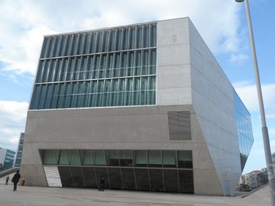 Casa da Música             by  architetto            Rem Koolhaas Avenida (Viale) da Boavista, Praça (Piazza) 'Mouzinho de Albuquerque' alias 'Rotunda da Boavista' , Porto zona nord, – Portogallo – .