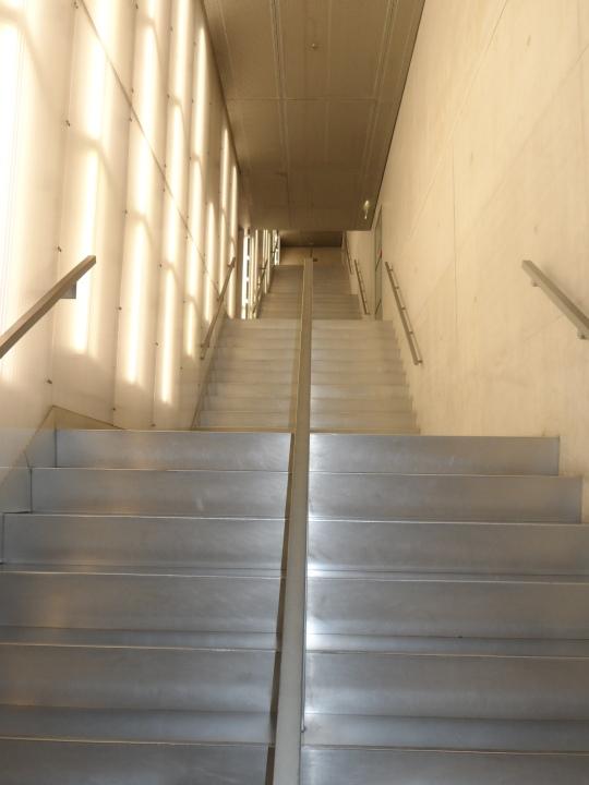 Casa da Música by architetto  Rem Koolhaas.         Interno; un elemento architettonico che certo Koolhaas ha concepito secondo un suo gusto personale :' ' le scale mobili',  che molti architetti hanno disdegnato, se non obbligati nella costruzione di strutture commerciali' -  - supermercati. Qui ,questa scalinata ricorda proprio questo elemento da Koolhaas non disdegnato; 'le scale mobili'.