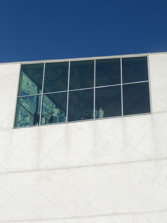 Casa da Música by architetto Rem Koolhaas  Le AZULEJOS un elemento imprescindibile in Portogallo..! Si osservi l'interno della sala; è completamente ricoperta da azulejos