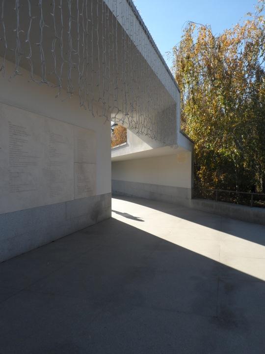 Museo Serralves    by Alvaro Siza  Porto Portogallo Entrata con didascalie murarie con i nomi dei privati mecenati della fondazione Serralves