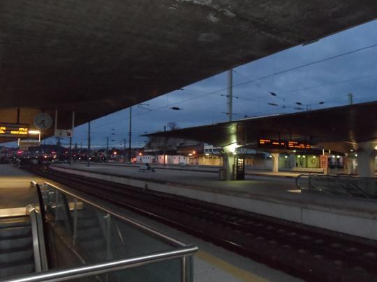 Stazione di Porto        'Campanhã' cfr. con le due immagini qui sotto; 'Entrance to the subway'       di Mark Rothko. O lo si percepisce           o...niente. Nessuno, ne persona ne parola, lo può spiegare