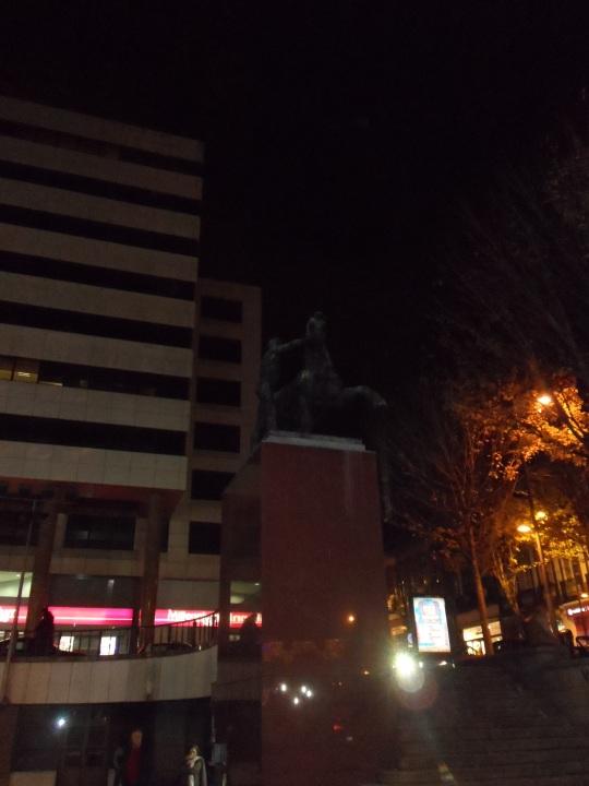 """Duas estátuas, 'Corcéis',  do escultor  João Fragoso.  Praça de Dom João I, Porto Portogallo  Due statue, """"Destrieri ', dello scultore John Fragoso.  Piazza Dom João I, Porto Portogallo"""