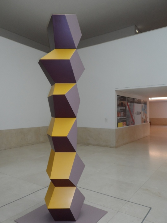 Museo Serralves Porto; ancora un pò di scultura  'moderna' ! ( Che tanto moderna non è se si pensa alla colonna infinita di Brancusi...