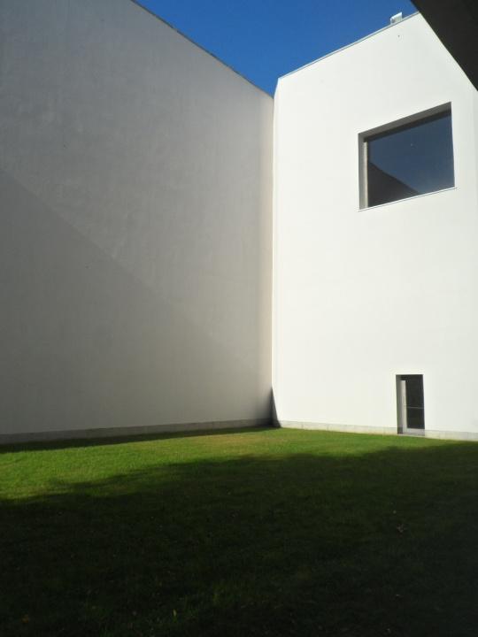 Museo Serralves Porto Portogallo; questo patio, sorta di giardinetto interno, ricorda tanto i giardini 'moreschi' che caratterizzavano l'architettura medioevale ' non 'lontani' da quelli interni fiorentini  dei palazzi  rinascimentali come ad esempio di palazzo Strozzi.