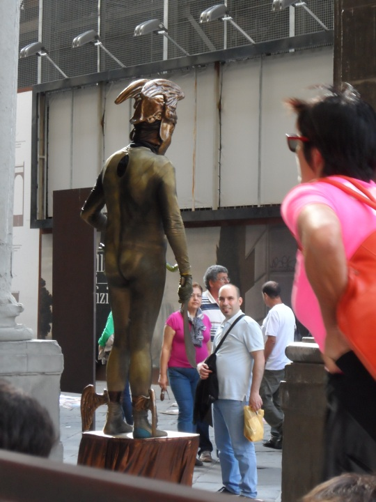 Piazzale degli Uffizi Firenze; ...un  'Checco Zalone' quo vado  o  voyeur?!