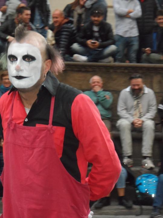 tra via della Ninna e Loggia dei Lanzi Firenze Il clown molestatore  o semplicemente  il giullare di se stesso?
