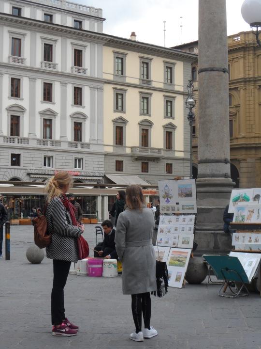Un batterista improvvisato; qui in Piazza della Repubblica a Firenze e         poco dopo...
