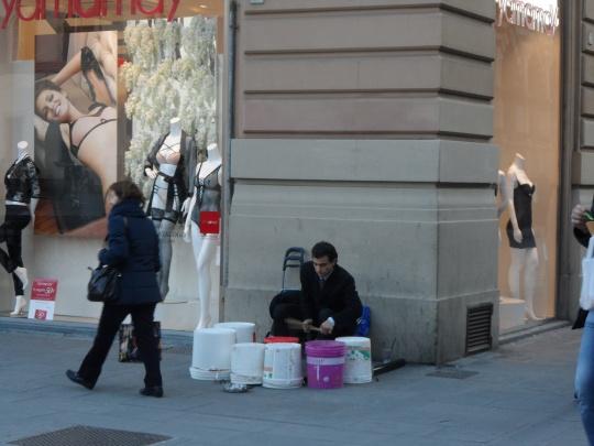 ... e poco dopo in Piazza della Unità italiana a Firenze;       A 'poor Christ'        into the fray!