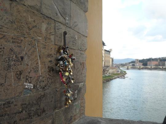 Come poteva la dolce Firenze farsi mancare i famosi :'   :'lucchetti dell'amore' ?