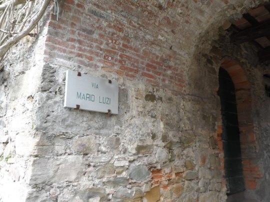 Casa eremo  di Giovanni Pascoli Castelvecchio Lucca  angolo attiguo e via            dedicata  al poeta Mario Luzi recentemente scomparso che ebbe a scrivere note di un certo interesse sul Pascoli