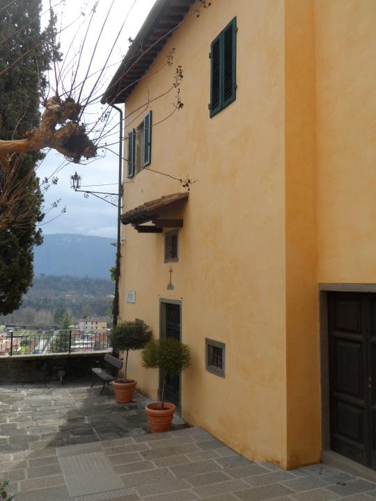 Casa eremo  di Giovanni Pascoli   Castelvecchio Lucca     Cappella attigua        e tomba