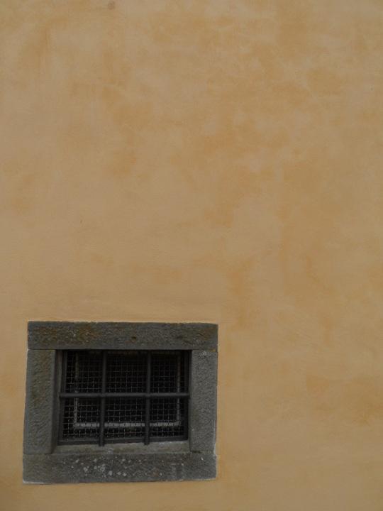 Casa Pascoli  Castelvecchio Pascoli        di Barga (LU)       Finestrella  della   Cappella dove  giace              il Poeta
