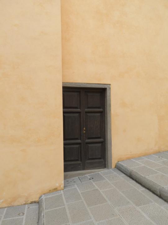 Casa Pascoli  Castelvecchio Pascoli          di Barga (LU)        Porta adiacente la   Cappella dove  giace             il  Poeta